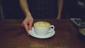 Leite de derramamento de Barista no café quente vídeos de arquivo