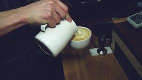 Leite de derramamento de Barista no café quente filme