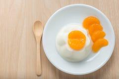 Leite do pudim com cobertura alaranjada no prato branco, vista superior Imagem de Stock