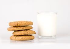 Leite e biscoito Fotografia de Stock Royalty Free