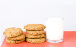 Leite e biscoito Fotos de Stock Royalty Free