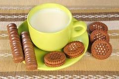leite e bolinhos fotografia de stock