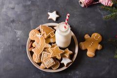 Leite e bolinhos Cookies do pão-de-espécie em um fundo cinzento Bolinhos do Natal Imagens de Stock