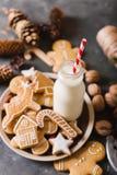 Leite e bolinhos Cookies do pão-de-espécie em um fundo cinzento Bolinhos do Natal Fotos de Stock Royalty Free