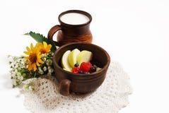 Leite e coalho com frutos em umas bacias cerâmicas, isoladas em um fundo branco Fotografia de Stock Royalty Free