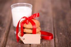 Leite e cookies fotos de stock