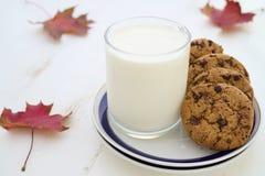 Leite e cookies com a decoração das folhas da queda Fotografia de Stock Royalty Free