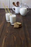 Leite e cookies para o café da manhã Fotos de Stock Royalty Free