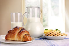 Leite e croissant Fotografia de Stock Royalty Free