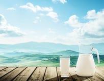 Leite e dia de mola ensolarado, Toscânia imagens de stock