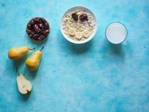 Leite e granola Café da manhã europeu tradicional Muesli, datas e peras frescas imagem de stock royalty free