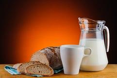 Leite e pão Imagens de Stock