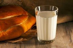 Leite e pão Fotos de Stock