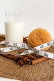 Leite e pão com fita de medição imagens de stock royalty free