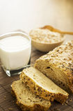 Leite e pão inteiro fresco da grão Imagem de Stock Royalty Free
