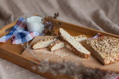 Leite e pão na bandeja de madeira Fotografia de Stock Royalty Free