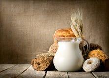 Leite e pão na lona Imagem de Stock Royalty Free