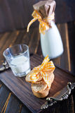Leite fresco com cookies Fotografia de Stock