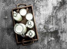 Leite fresco em uma caixa velha foto de stock