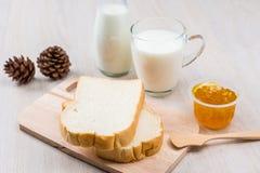 Leite, pão e doce Imagem de Stock