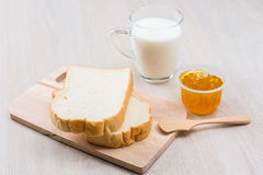Leite, pão e doce Fotografia de Stock