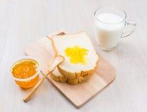 Leite, pão e doce Fotos de Stock Royalty Free