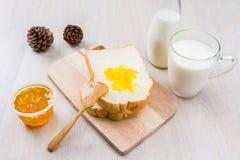 Leite, pão e doce Fotografia de Stock Royalty Free