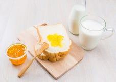 Leite, pão e doce Imagens de Stock