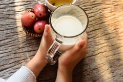 leite para beber da criança fotos de stock
