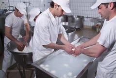 Leiteiros, que preparam o mozzarella Imagem de Stock
