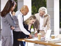 Leitende Angestellten, die Geschäft in der modernen Gestalt besprechend sich treffen lizenzfreies stockfoto