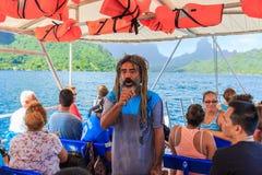 Leitende Touristen Tahitian-Lehrers auf Boot im schönen Meer, Moorae-Insel bei Tahiti PAPEETE, FRANZÖSISCH-POLYNESIEN stockfoto