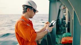 Leitender Beamter auf Schiffsdeck oder Schiff mit Checkliste stock footage