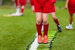 Leiter bohrt Übungen für Fußball-Fußballteam Junge Spieler Lizenzfreie Stockfotos