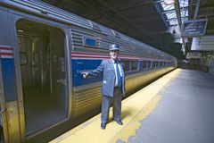 Leiter an der Amtrak-Zugplattform kündigt alle an Bord an der Ostküstenbahnstation auf dem Weg nach New York City, New York, Manh Lizenzfreie Stockfotografie