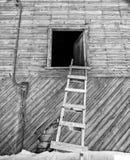 Leiter, die an einem Scheunendachboden sich lehnt Stockfoto