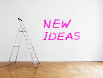 Leiter im leeren Raum mit weißer Wand und Bretterboden lizenzfreie stockfotografie