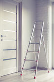 Leiter im Raum Stockfoto