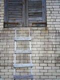 Leiter und Backsteinmauer Lizenzfreie Stockfotografie