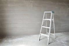 Leiter und Betonmauer Stockbild