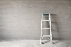 Leiter und Betonmauer Stockfotos