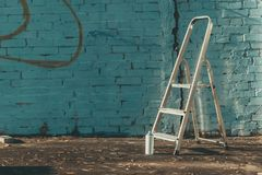 Leiter und kann mit bunter Sprühfarbe Lizenzfreies Stockbild