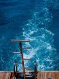 Leiter von der Yacht zum Meer Stockfotos