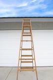 Leiter vor Haus Stockbild