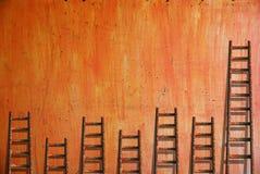 Leitern auf roter Wand Stockfoto