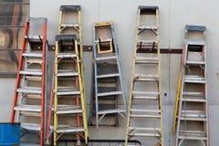 Leitern, die an einer Wand hängen lizenzfreies stockbild