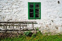 Leitern unter dem Fenster Lizenzfreies Stockfoto