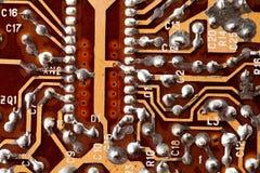 Leiterplatte-Chipmakroansicht Elektronisches Bauelement der Weinlese mit lötenden Spuren Im altem Stil Design-Hardware Lizenzfreie Stockfotos
