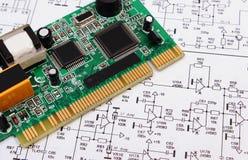 Leiterplatte, die auf Diagramm von Elektronik, Technologie liegt Stockfotos