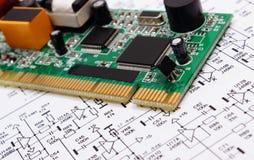 Leiterplatte, die auf Diagramm von Elektronik, Technologie liegt Stockbilder